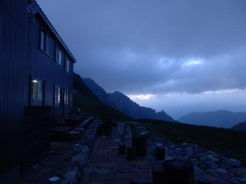 剣山荘の夜明け